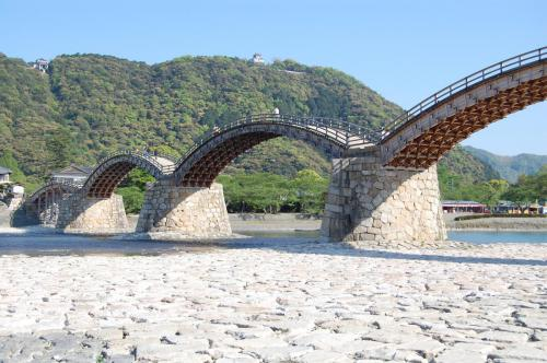河原から錦帯橋を眺める View of Kintaikyo Bridge from the riverbed