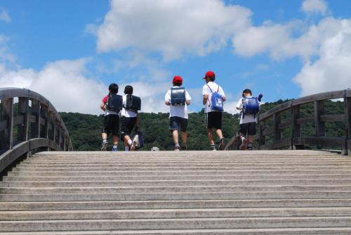 錦帯橋とランドセル Schoolchildren  crossing the bridge