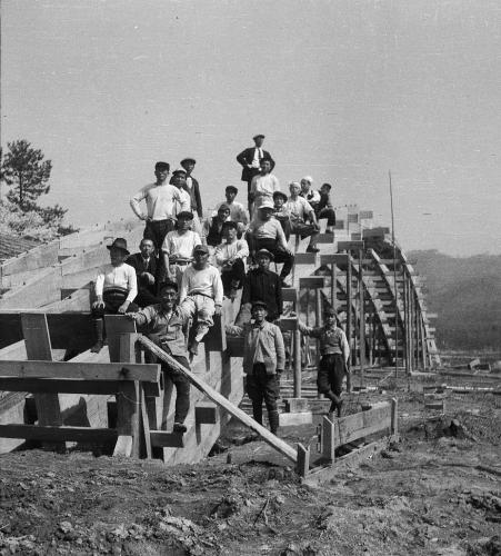 昭和の再建時の技術者たち(岩国徴古館蔵)The Showa Reconstruction engineers (photo from the Iwakuni Chokokan Museum collection)